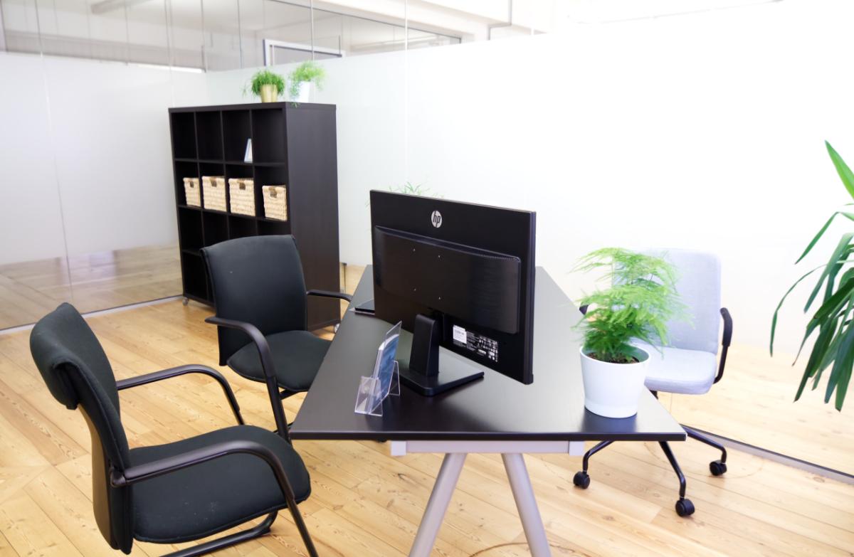 at Büro mieten in Ahrensburg bei Hamburg. Großzügiges Büro im repräsentativem Ambiente. Bürokategorie Premium beispielhaft möbliert