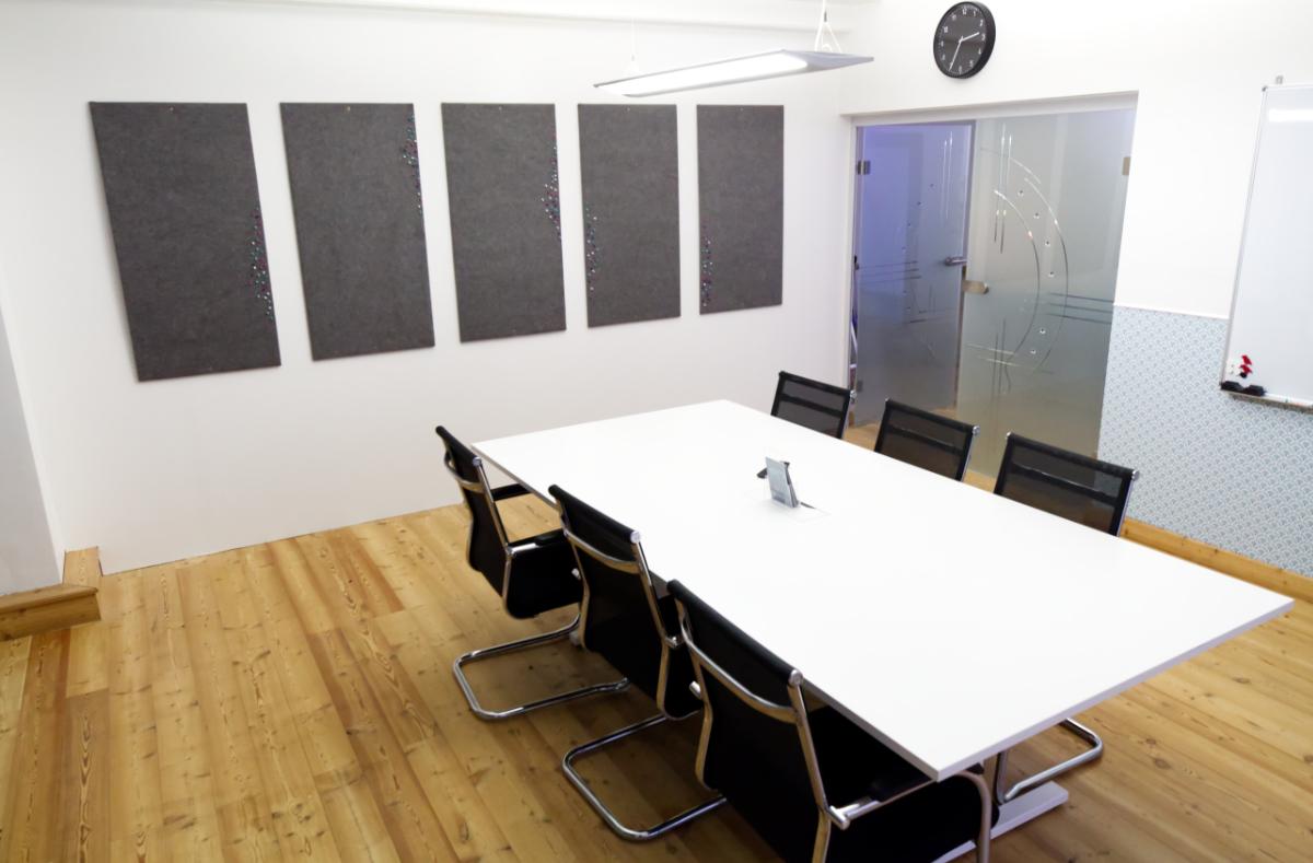 Meetingraum des Work Kontor Ahrensburg mit Whiteboard, Präsentationsfernseher, Kreativbereich für produktive Meetings. Meetingraum in Ahrensburg mieten.