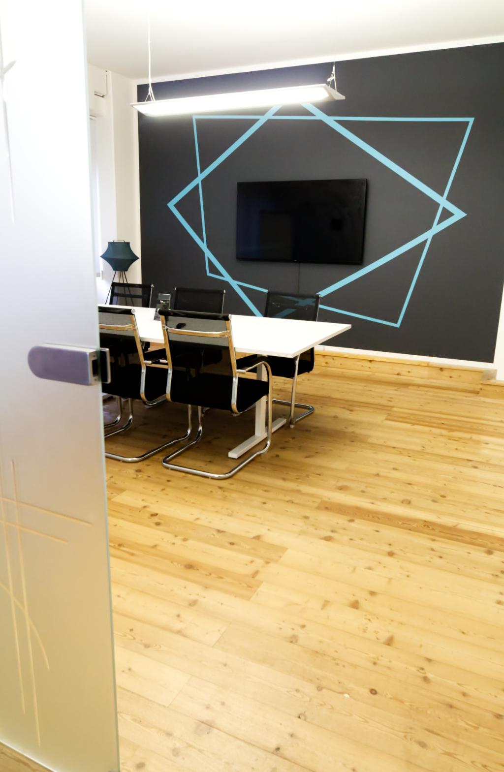 Stylischer und moderner Meetingraum für 6 Personen in Ahrensburg mit Präsentationsfernseher.