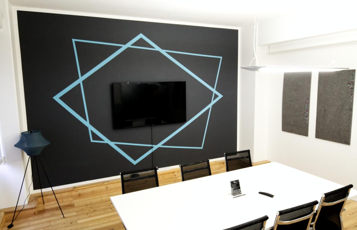 Stylischer und moderner Meetingraum für bis zu sechs Personen in Ahrensburg mit Präsentationsfernseher.