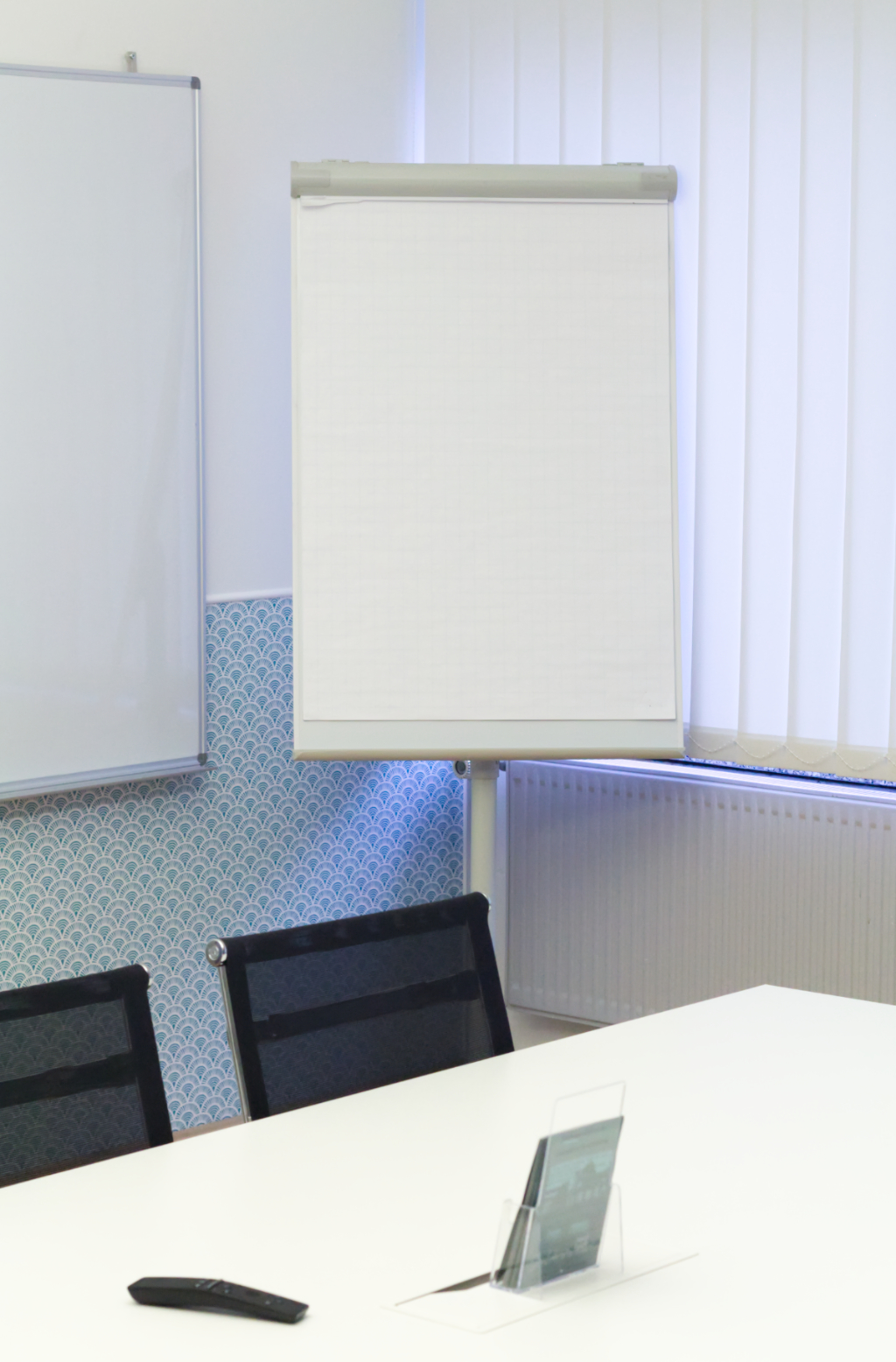 Meetingraum in Ahrensburg mit Flipchart und Kreativfläche für produktive Termine und Besprechungen. Konferenzraum im Work Kontor Ahrensburg.