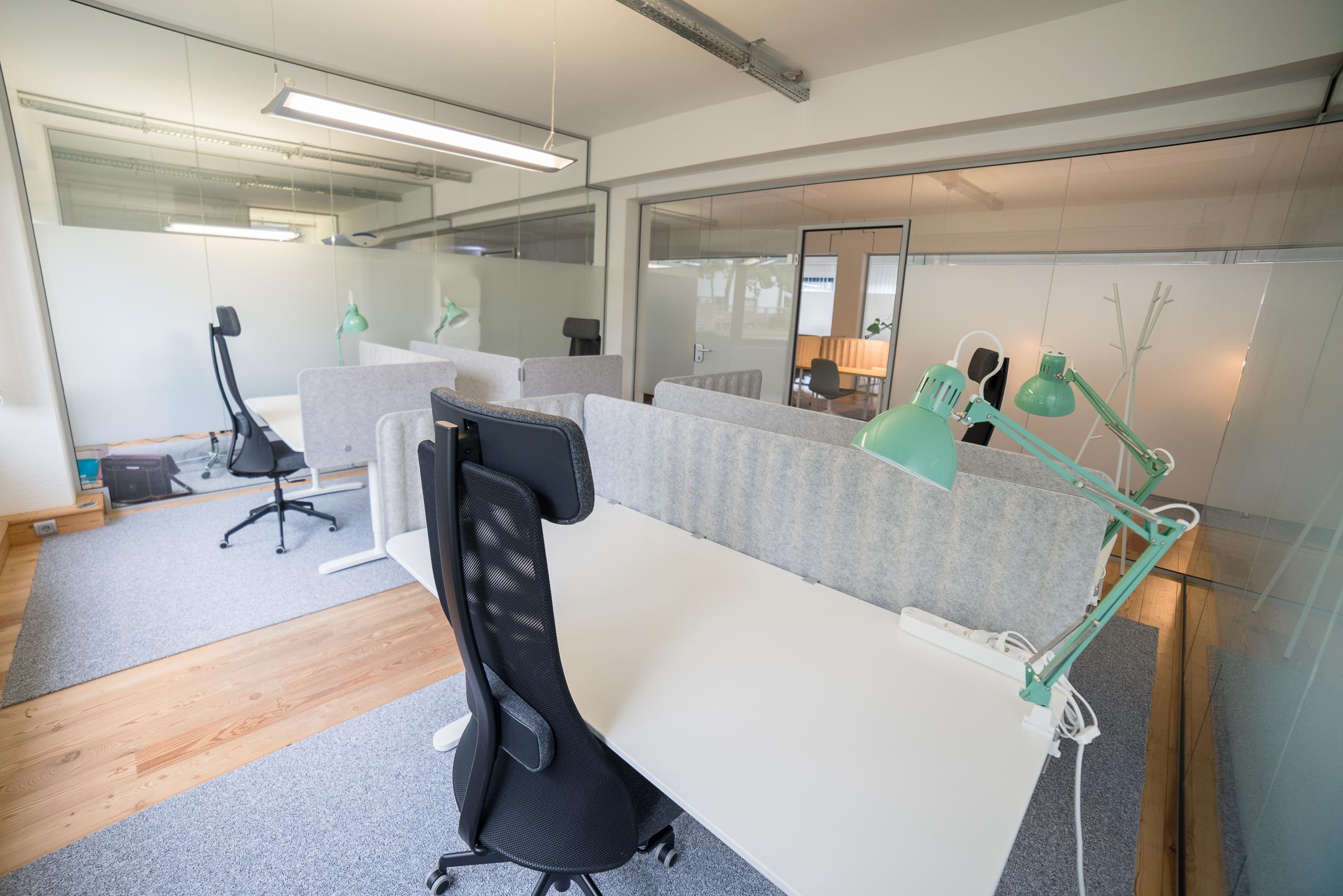 Teambüro in Ahrensburg möbliert mit vier Arbeitsplätzen