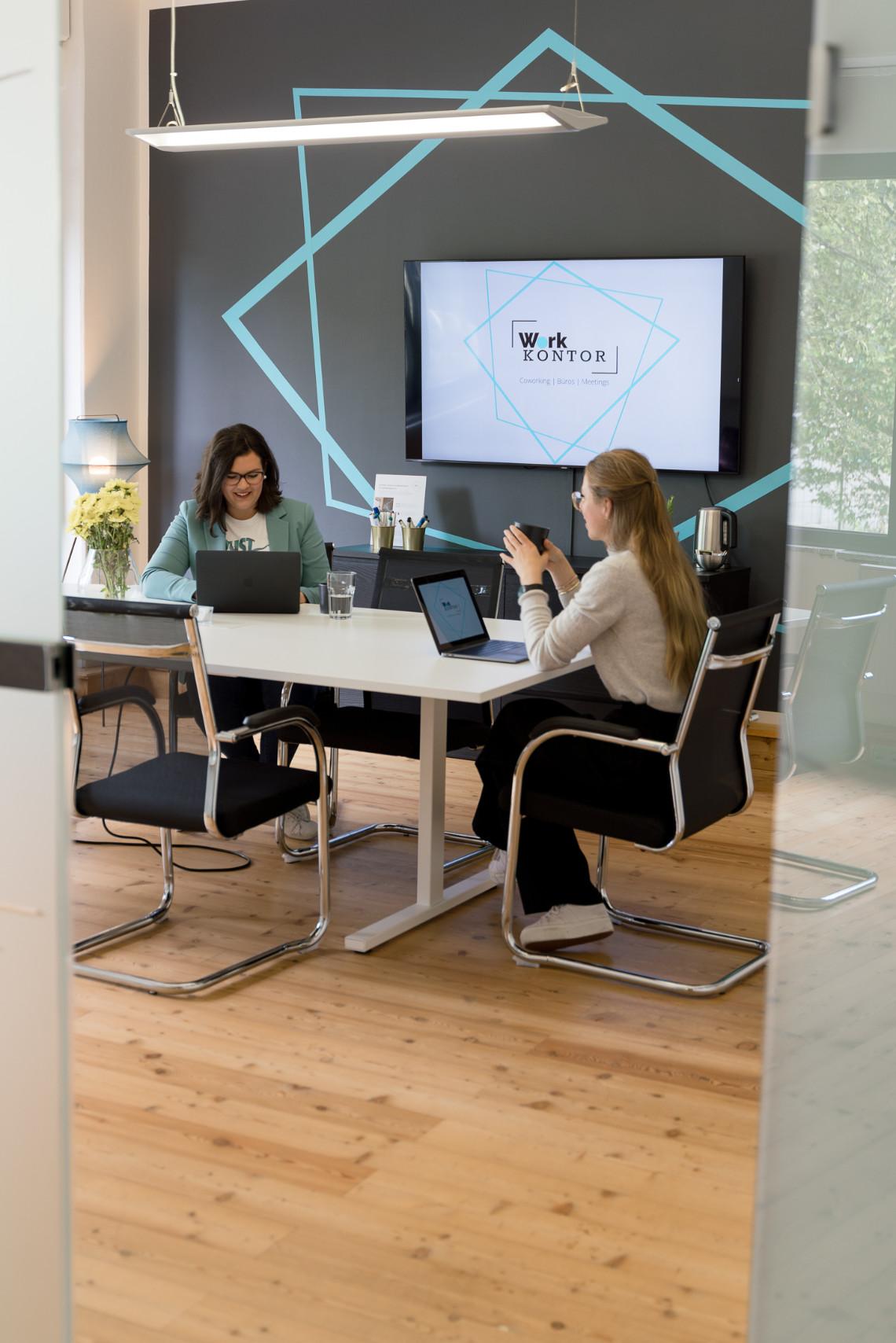 Moderner Besprechungsraum in Ahrensburg mit Smart TV, Whiteboard und Pinnwand